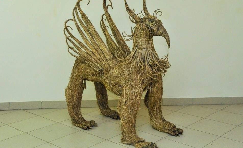 Из травы рождается скульптура